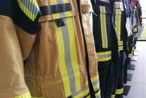 Ausstellung von Feuerwehrjacken im Verkaufsraum zur Anprobe verschiedener Marken von persönlicher Schutzausrüstung